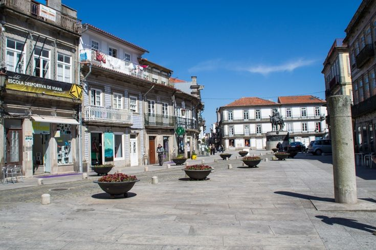 Un peu de Guimarães, un peu de Viana do Castelo - via Vio Vadrouille 21.05.2015 | Ce weekend au Portugal, il a commencé par Guimarães, une jolie ville historique à l'est de Porto. Environ une heure les séparent. Comme je vous le disait dans un de mes précédants articles sur le Portugal, Guimarães a joué un rôle important dans la formation du pays. D'ailleurs, son centre historique est inscrit sur la liste du patrimoine mondial de l'UNESCO depuis 2001... Viana do Castelo, c'est une autre…