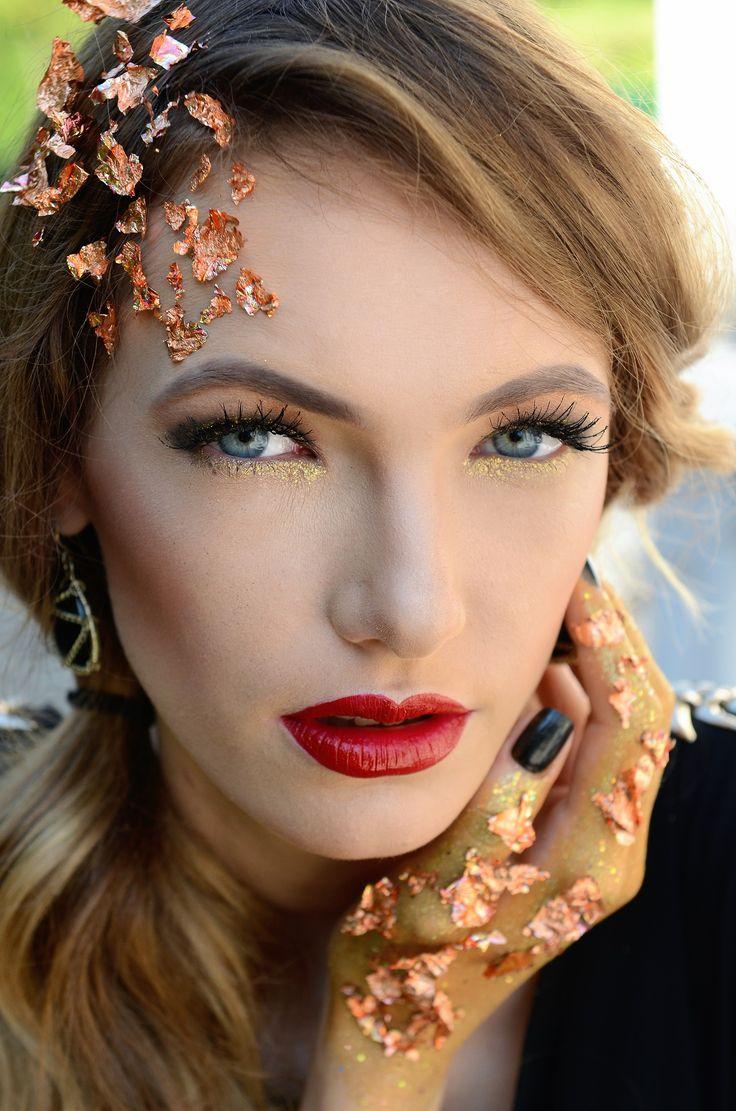 Golden vibes #goldleaf #gold #makeup #fashionmakeup #fashion #backandgold #redlips #blueeyes #black