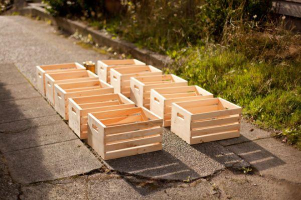 Materiales  - Cajones de manzana (cantidad necesaria según el tamaño deseado)- Tintura para madera o betún de judea- Esponja- Clavos para madera