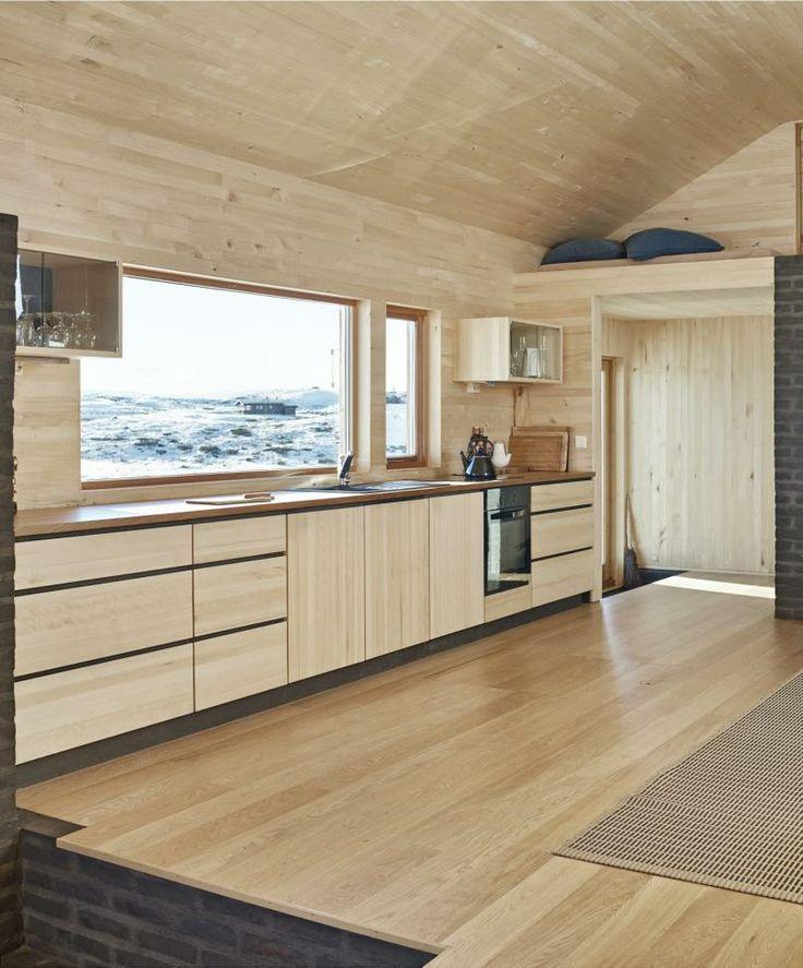 Hytte i Ål ved Vesle Bergsjø, 1100 moh. Arkitekt er Torbjørn Tryti og han har også tegnet kjøkkenet. Enkelt og funksjonelt med ospkledning.