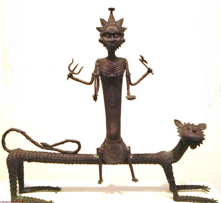 "Jaidev Baghel Danteswari Bagh 2008 Moldeo a la cera perdida con metal no ferroso. La diosa Danteswari aparece sentada sobre un león. Es popularmente adornada como ""La Kudevi"", diosa de la familia.   Jaidev Baghel Danteswari Bagh 2008 Lost wax casting with non-ferrous metal. The goddess Danteswari is seated on a lion. It is popularly adorned as ""La Kudevi"", goddess of the family"