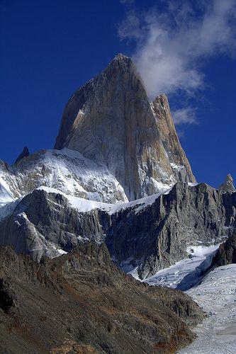 Puedes seguirnos en Twitter @101lugares Es un monumental conjunto de torres de roca que emergen apuntando al cielo, alcanzando hasta los 3375 msnm en una zona de glaciares, lagos y un clima inestable por demás. Se encuentra en la Patagonia, en el límite entre Chile y Argentina, aunque se observa y se visita desde la …