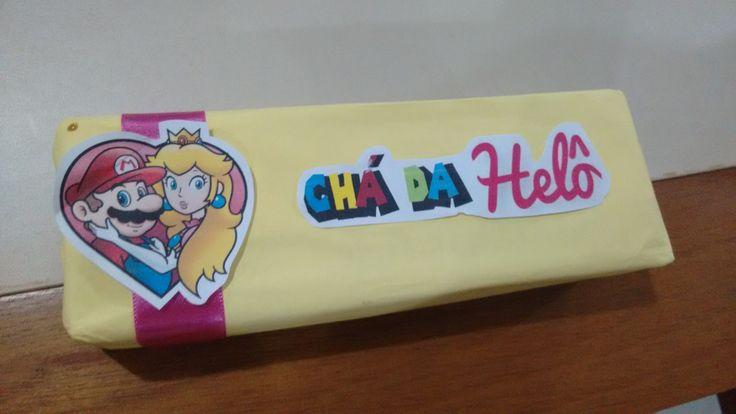 De prêmio para as convidadas, entregamos uma caixa de chocolate personalizado com papel e fita.