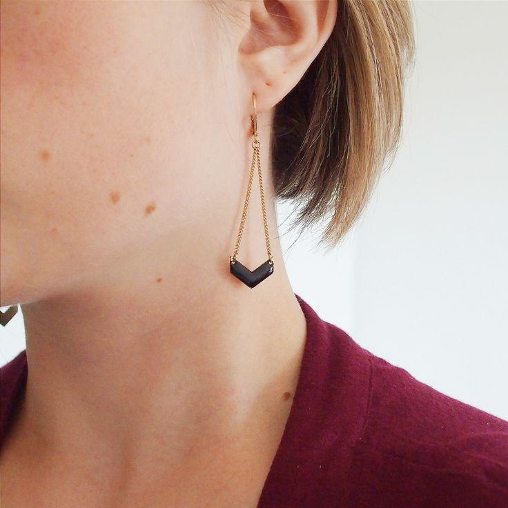 Boucles d'oreilles chevron noire pendante réalisé par Adèle & Louise  #geometric #boho #ethnic
