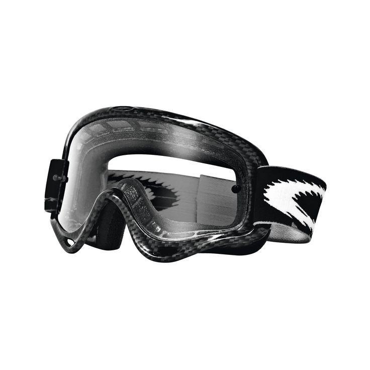 MX Oakley XS O Frame Carbon Fiber è il prodotto destinato ai minipiloti, Lenti in Lexan® assicurano una visuale perfetta, massima flessibilità grazie alla struttura in uretano, la spugna triplo strato differenziato consente un'aderenza perfetta e impedisce al sudore di scendere fino agli occhi. L'elastico è trattato con triplice silicone per garantire il migliore grip al casco. Soddisfa lo standard ANSI Z87.1  e alle norme  EN 1938 delle maschere MX.