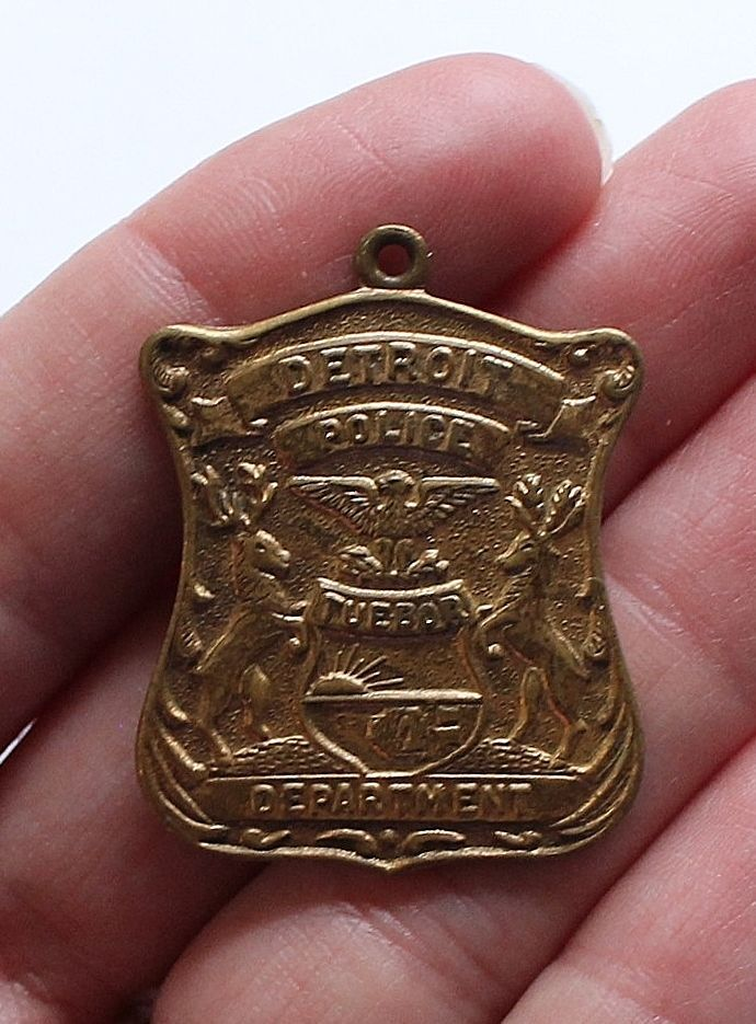 DETROIT POLICE DEPARTMENT Vintage Badge Pendant Memorabilia