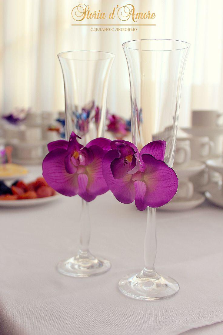 Бокалы молодых, украшенные орхидеями