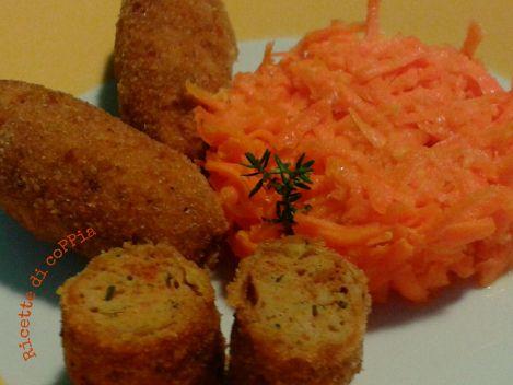 Crocchette di pollo alla paprika piccante ed erbe aromatiche con insalata di carote e zenzero. ricettedicoppia.wordpress.com