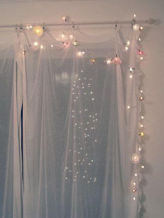 Lightsをカーテンにつけるのも可愛い!