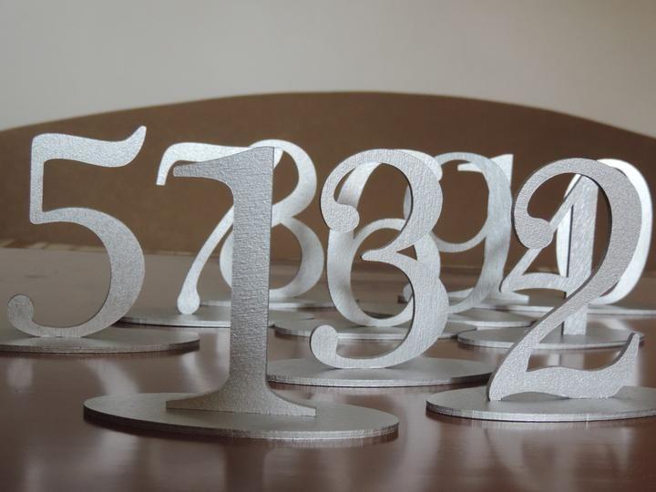 Drevenné čísla na svadobný stôl