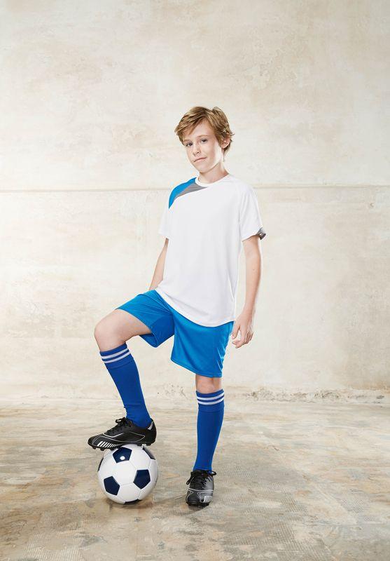 Abbigliamento e accessori da calcio e calcetto. Acquista la tua maglia da calcio, abbinala ai pantaloncini e calzettoni e se vuoi anche alla borsa...