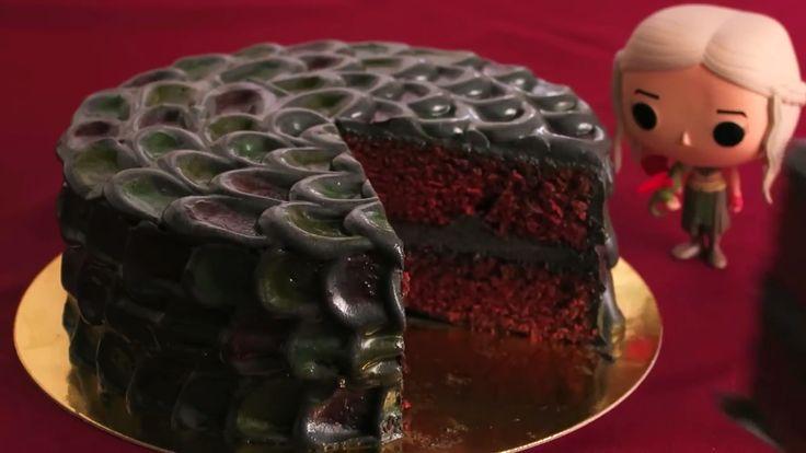 Aprende con este vídeo cómo hacer una Tarta de Dragón de Juego de Tronos. Para hacerla se usa un delicioso y esponjoso bizcocho Red Velvet y para la decoración y el relleno un frosting de queso con colores. Con el frosting se hace el efecto de escamas de dragón que queda genial!!