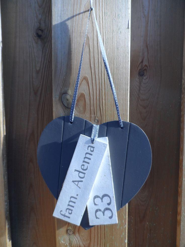 naambordje : een hartje (van de action) grijs geverfd, 2 bordjes (ook van de action) wit geverfd. de namen en het huisnummer (in spiegelbeeld) op gewoon printpapier geprint (laser printer) en hierna met vernis ( van de action) overgezet ( het kan ook met mod podge van de action)