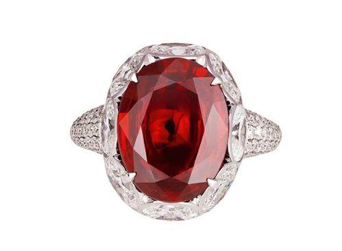 Rubis Al2O3::Cr : Le rubis est la variété rouge de la famille minérale du corindon. Sa couleur est causée principalement par la présence d'oxyde de chrome
