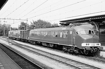 Van oudsher werd er met treinen ook post vervoerd, doorgaans in speciale postrijtuigen. Toen de NS in de jaren dertig stroomlijnmaterieel in dienst begon te stellen, ontstond er behoefte aan postrijtuigen die daaraan gekoppeld konden worden. Vlak voor en na de Tweede Wereldoorlog werden er stroomlijnpostrijtuigen (Pec) gebouwd, in enkele iets van elkaar verschillende uitvoeringen.