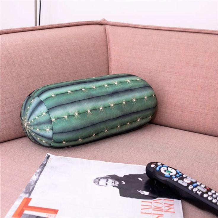 Doe een dutje op de zachtste en comfortabelste cactus ooit! Dit Kikkerland kussen is handig tijdens een vliegreis of gewoon lekker thuis als extra steuntje tijdens bijvoorbeeld een filmpje.