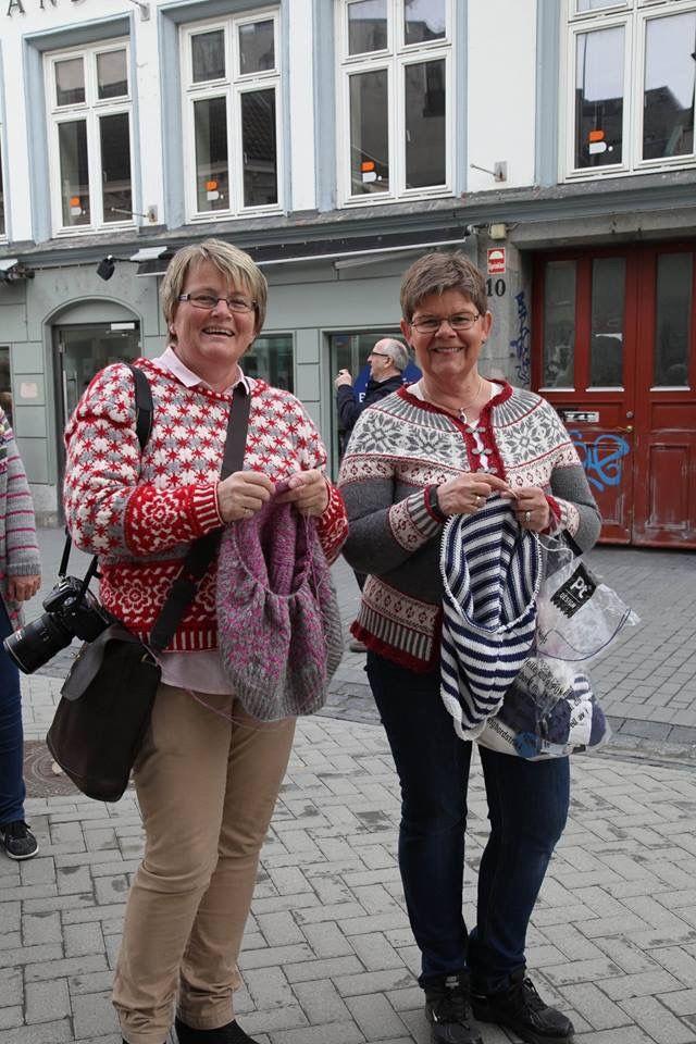 Nina Granlund Sæther en el suéter rediseñado y Denise Sansón con Denise kofta.  Foto: Lise Johanne Henriksen