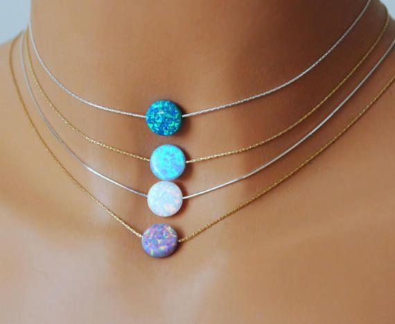Limpio, minimalista y bonito - se trata exactamente este collar. Opal moneda grano no es demasiado pequeña y brillante como una luna pequeña. Nadie se perderá. Se ve hermosa, - tanto en la versión corta, como un collar y también con una cadena un poco más larga. Simplemente perfecto para acodar.  ¡VENTA de primavera - solo por un tiempo limitado! Si usted compra este collar, puede conseguir el anillo, que se convirtió en uno de los Best-sellers en mi tienda, sólo para 13$ (la mitad del…
