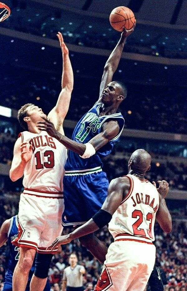 Rookie Kevin Garnett dunks between Luc Longley and the GOAT in Chicago.