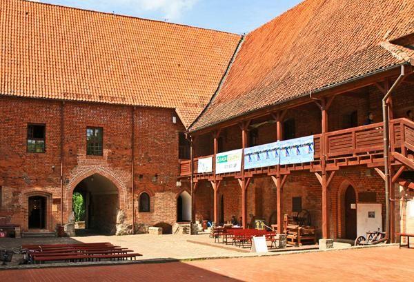 Zamek krzyżacki w Ostródzie wzniesiony w latach 1350–1370, za rządów komtura ostródzkiego Güntera von Hohensteina. W chwili obecnej mieści się w nim centrum kultury, galeria, biblioteka oraz muzeum.