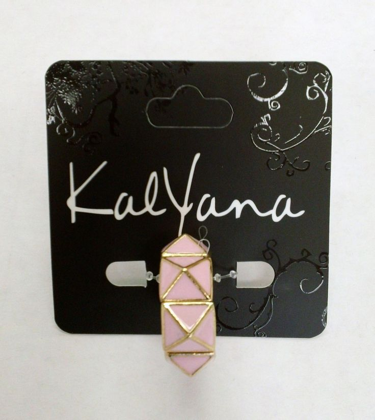 Anillo con detalles geométricos y esmalte en color rosa.