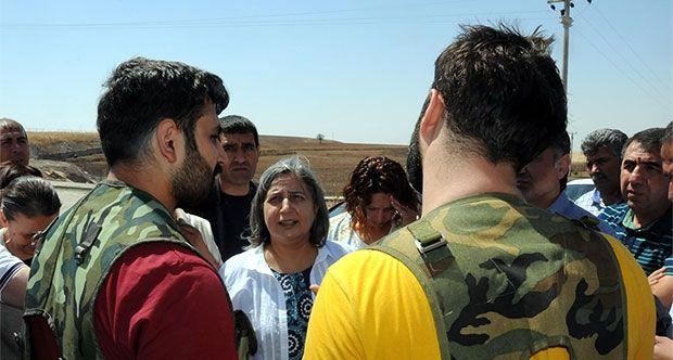 PKK Devletçilik Oynuyor Gülten Kışanak Devleti Suçluyor  PKK Diyarbakırın bazı ilçeleriyle beraber Şırnakta ve Muş Vartoda özerklik ilan etti olaylar çıktı. Gülten Kışanak ise devleti suçladı..    7 Haziranın ardından terörü tırmandıran terör örgütü PKKnın son numarası şehir merkezlerine hendekler kazıp özerklik ilan ederek çatışmaları şehir merkezlerinde yürütmek..      HDPli Belediyeler İş Makinesi Veriyor  Gece yarıları ilçe merkezlerine sızan PKKlılar HDPli belediyelerin tamamından…