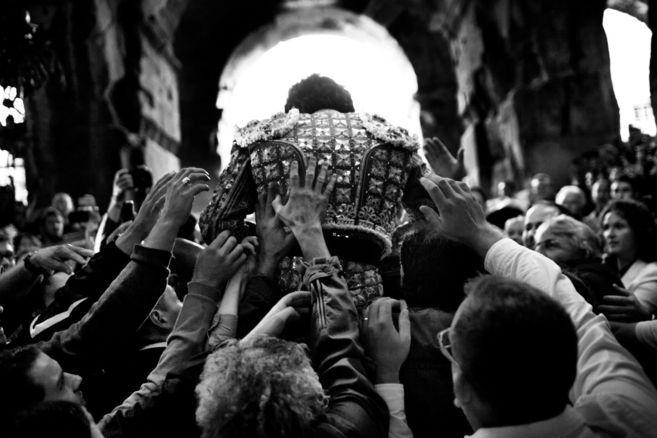 José Tomás sale a hombros en 2012 en Nimes, una de las fotografías...