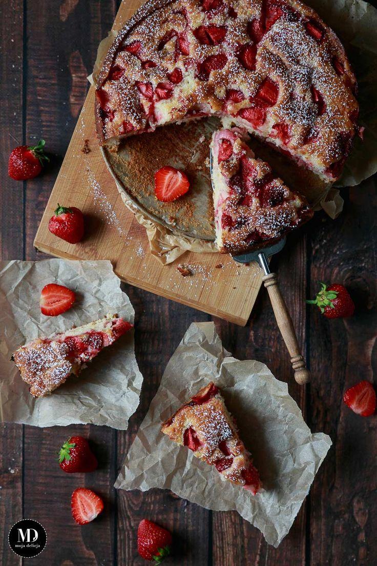 Jogurtowe ciasto z truskawkami - bez miksera. Najlepszy przepis na proste jogurtowe ciasto z truskawkami. // Quick and easy strawberries yogurt cake without standing mixer   #mojadelicja #food #photography #foodphoto #summer #lato #strawberry #cake #dessert #easy #baking