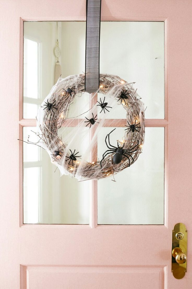 This easy DIY Halloween wreath takes under 10 minutes to make! Spiderwebs and spiders make this is the perfect amount of spooky fun for your front door! Scary Halloween Wreath, Halloween Cupcakes Easy, Halloween Tattoo, Halloween 2020, Easy Halloween, Halloween Nails, Halloween Costumes, Halloween Makeup, Women Halloween