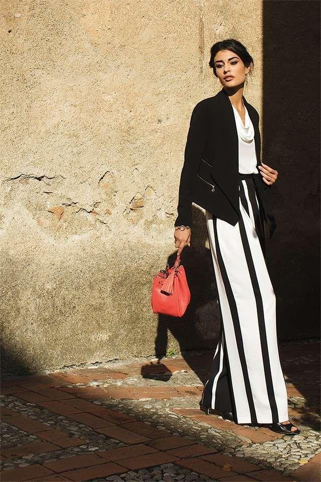 Pantaloni a palazzo a righe - Un modello bicolor sotto una giacca nera.