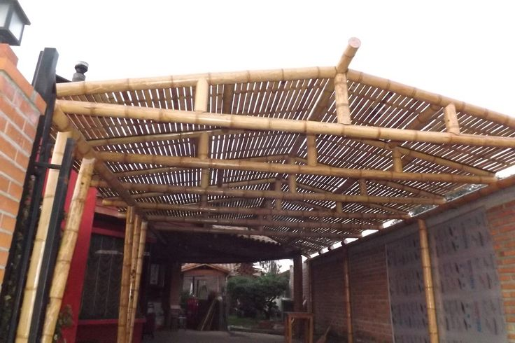 Cobertizo todo construido con bambú guadua, en especial el cielo que está armado con  panel rígido de tablillas también con guadua