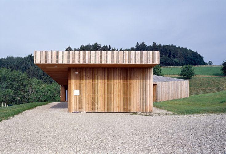 GD ARCHITECTES – Chabrey gevel hout uitkraging luifel toegang inplanting dakvorm