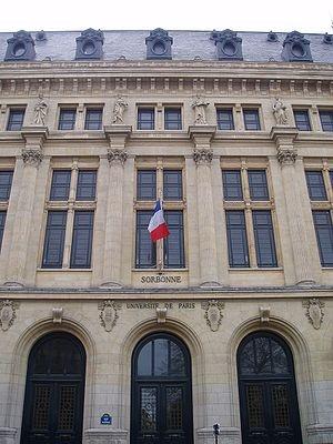 Quartier latin/ Sorbonne: -Sorbonne Univiversiteit. Boven staan de beelden van de studies die men hier kon volgen: bijv fysica en wiskunde. Het verhaal gaat dat de studie aardrijkskunde in die tijd niet zo populair was en dat daarom die studie wordt afgebeeld als een vrouw met ontbloot bovenlijf om zo meer studenten te trekken.