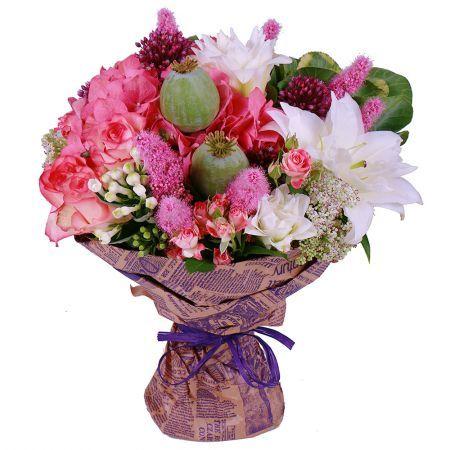 «Молочно-розовый» букет, словно яркая карамель, дарит позитивные эмоции и праздничное настроение. Воздушные белые лилии и оригинальные двухцветные розы чудесно дополняются свежестью гортензий и бувардий. Гармоничным завершением композиции служит лаконичные декоративные элементы, сочная зелень и великолепное оформление.