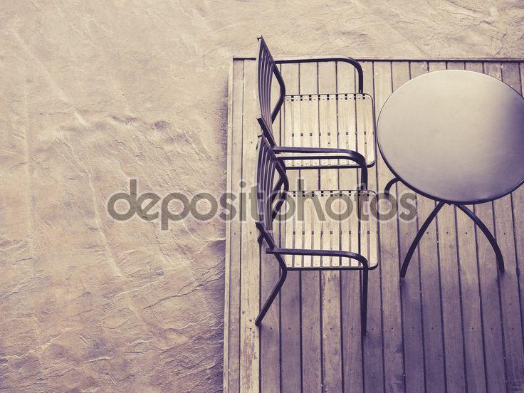 Tabel met stoelen op houten dek vloer buiten bovenaanzicht