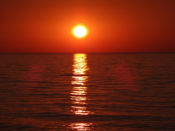 """""""(...)  - pozwól o Panie abym nie myślał o moich wodnistookich szarych niemądrych  prześladowcach  kiedy słońce schodzi w Morze Jońskie prawdziwie nieopisane  żebym rozumiał innych ludzi inne języki inne cierpienia  a nade wszystko żebym był pokorny  to znaczy ten który pragnie źródła  dziękuję Ci Panie że stworzyłeś świat piękny i różny  a jeśli jest to Twoje uwodzenie jestem uwiedziony  na zawsze i bez wybaczenia""""  Zbigniew Herbert, """"Modlitwa Pana Cogito - podróżnika""""  Fot. Artur Paszko"""