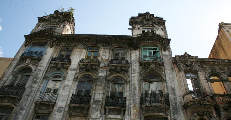 O Hotel Bragança, no bairro da Lapa, região onde, após a instalação de UPPs (Unidade de Polícia Pacificadora) em Santa Teresa, teve valorização dos casarões antigos, permanece abandonado. As famílias que ali moravam foram expulsas e, atualmente, está fechado