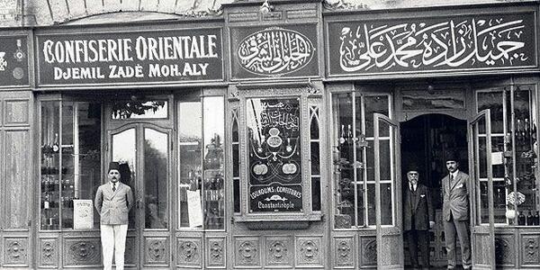 Rebul Eczanesi (sağ), 1895 yılında Jean Cesar Reboul tarafından İstanbul Beyoğlu'nda Grande Pharmacie Parisienne-Büyük Paris Eczanesi adıyla kurulur. Osmanlı'nın son dön