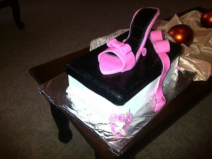 Shoe and shoebox cake for my niece 💅