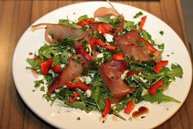 Salát z rukoly s parmskou šunkou a balkánským sýrem /Rucola salad with Parma ham and Balkan cheese/ Zdravé, nízkosacharidové, bezlepkové recepty. (Healthy, low carb, gluten free recipes.)