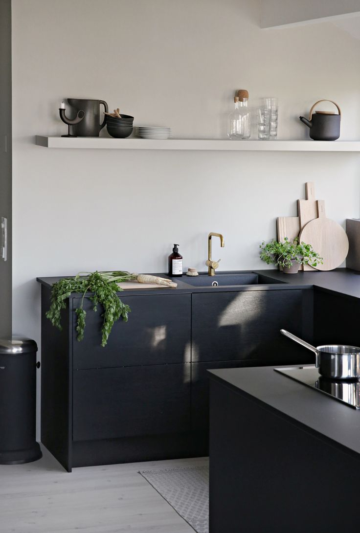 Bold, matt and full of love for great design: black and white modern kitchen inspiration. // Stark, matt und voller Designliebe: Kücheninspiration für die moderne Küche in Schwarz-Weiß. #enjoysiemens