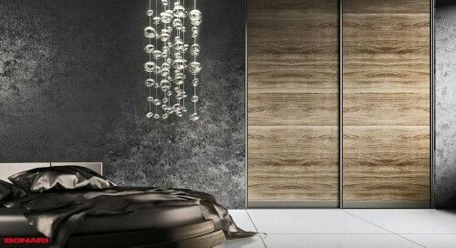 Optymalny projekt wnętrza ma ogromne znaczenie z punktu widzenia użyteczności. Jednak tym, co cieszy oko i nadaje wnętrzu niepowtarzalny klimat są drzwi przesuwne. To one dodają szafie charakteru, dopełniają i dekorują wnętrze. Do wypełnienia drzwi stosuje się wiele materiałów od płyty meblowej przez lustro (srebrne, grafitowe, brązowe) po szkło lakierowane lacobel i rattan. Możliwość łączenia tych wszystkich materiałów powoduje, że drzwi przesuwne stają się ozdobą naszego domu.