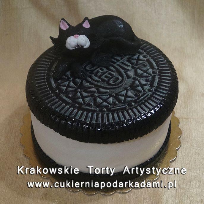199. Tort w kształcie ciastka Oreo z czarnym kotem. Oreo cake with black cat.