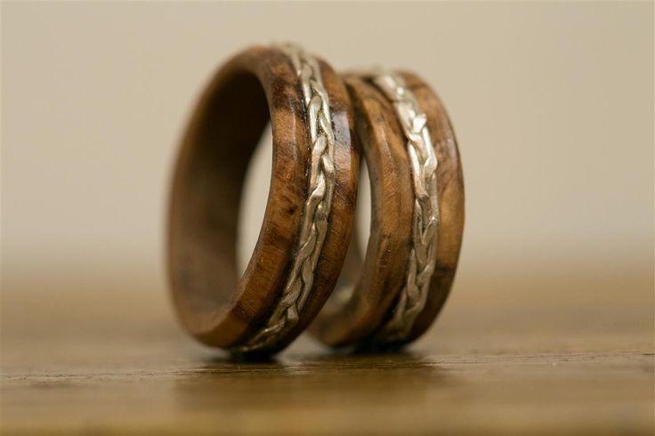 Anelli in legno d'Ulivo ed argento per lei e per lui,realizzati a mano da Biobijoux, gioielli naturali. Si possono ordinare su misura.