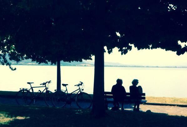 Due cuori e due biciclette. Innamorati #AlTrasimeno foto di @UmbriaTourism