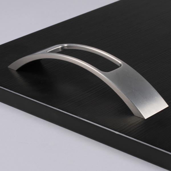 La poign e de meuble look aluminium clasp une poign e originale et remarqu e - Poignee de meuble originale ...