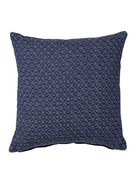 Add a classic look to your living area with this Spade cushion from the Rapee range.