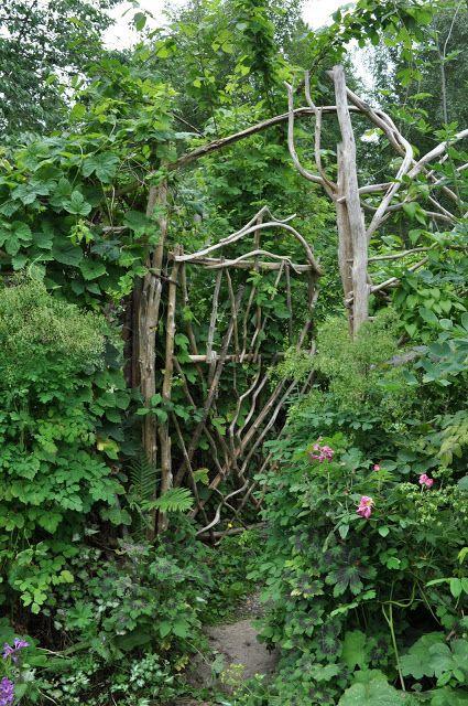 Trädgårdsbesök hos konstnärsparet Monica och Thomas Mattson i Källäng, en vild och vacker trädgård!