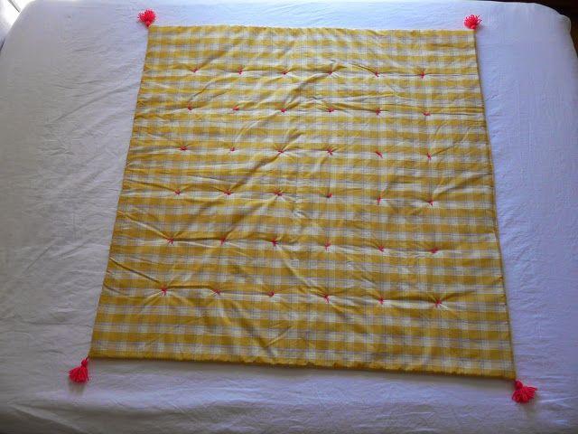 Plaid, boutis, couvre lit, édredon 110x110 cm à carreaux jaune gris blanc et pompons en laine rose by MAISON TANTE CATH dispo là : https://www.etsy.com/fr/shop/MaisonTanteCath