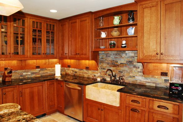 love what they did with the undercabinet lighting and backsplash